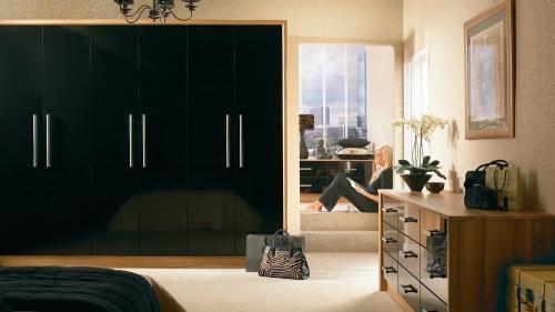 duleek_black_gloss_bedroom_furniture